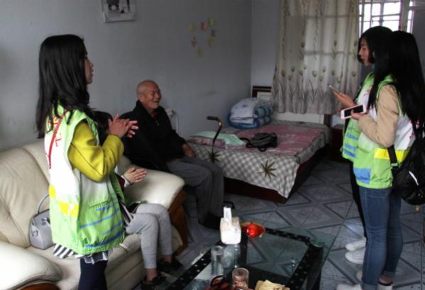 小小鸟义工服务队的学生为老人唱歌.png