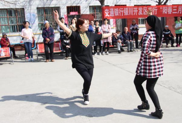 来自宁大预科的维族姑娘为老人表演舞蹈.png